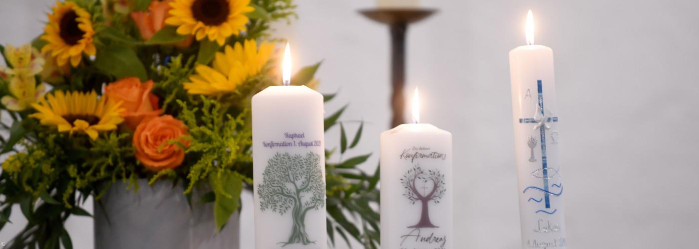 Konfikerzen auf Altar